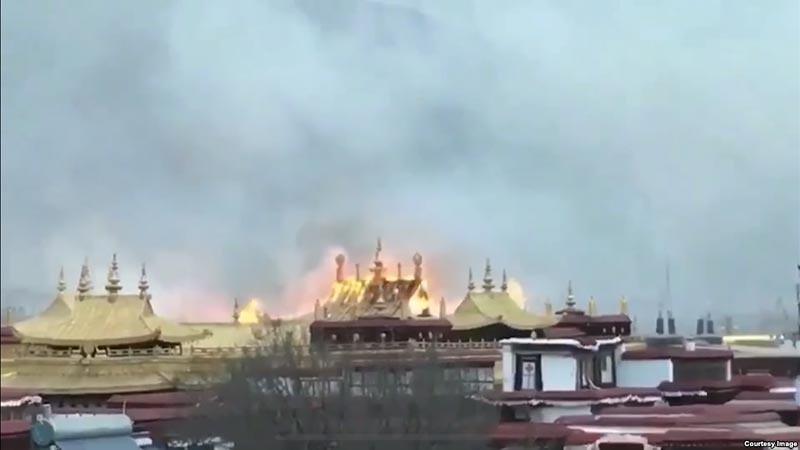 Api membubung di bangunan dekat Vihara Jokhang, Lasha, Tibet, Tiongkok.
