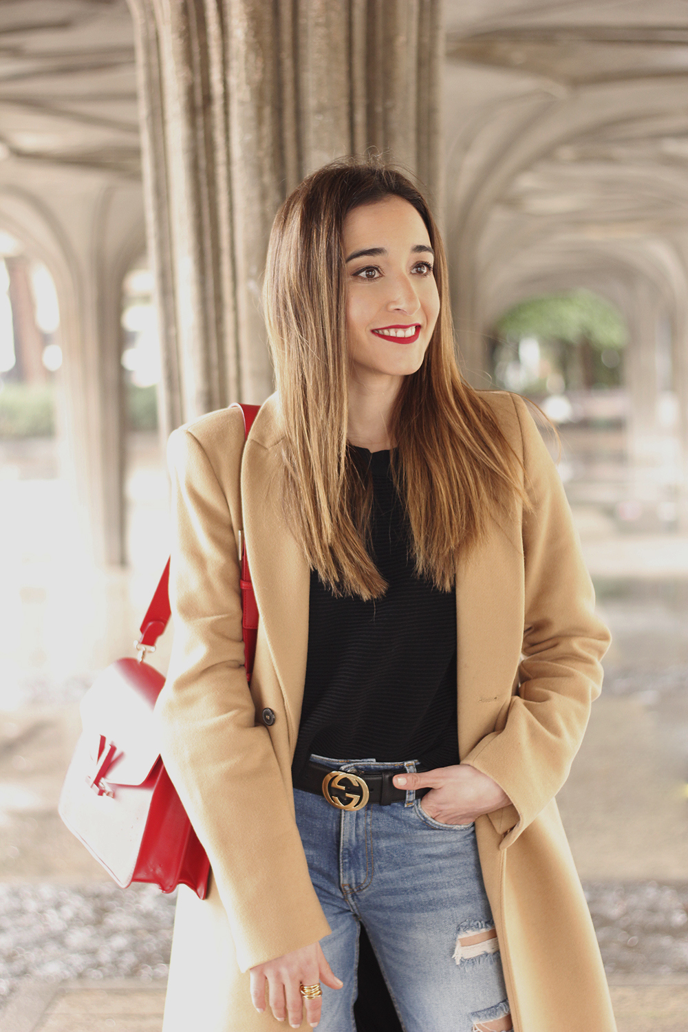 camel coat red valentinobags black outfit winter style fashion07