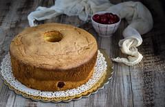 Chiffon cake con crema alle ciliegie sotto spirito e panna