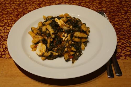 Spätzle mit Spinat, Tomaten und Schafskäse