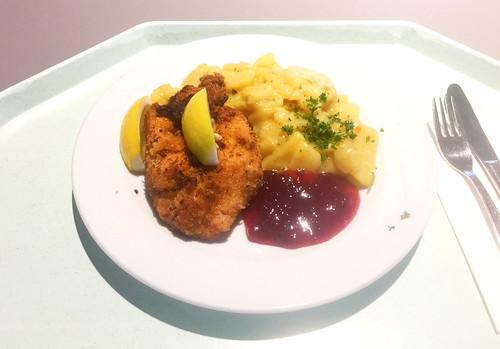 Fried chicken with cranberries & lukewarm potato salad / Backhendl mit Preisselbeeren & lauwarmen Kartoffelsalat