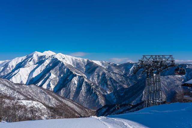 朝日岳方面を眺めながらアイゼンを履きます
