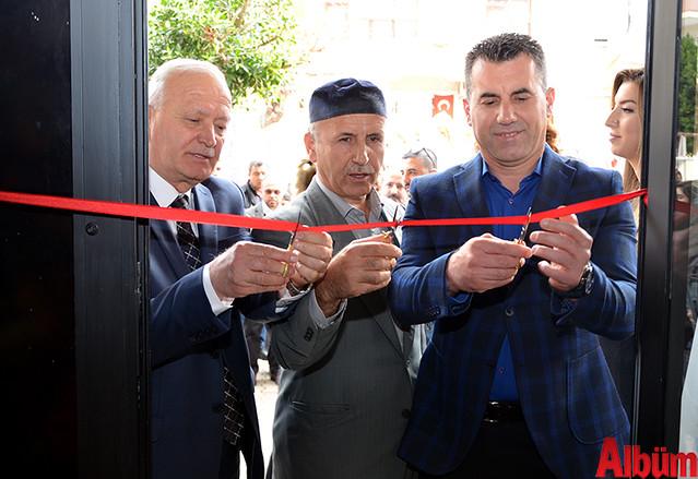 Kurdele kesimi Alanya Esnaf ve Sanatkarlar Odası Başkanı Nuri Demir ve Duran Şimşek tarafından gerçekleştirildi.
