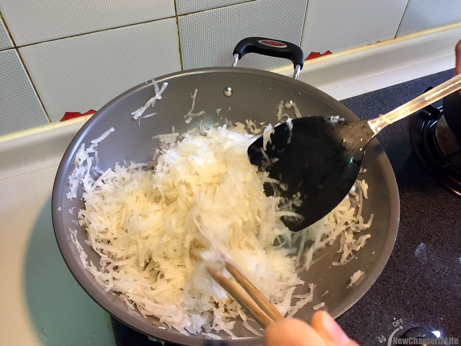 Mix the shredded turnip with sugar, salt, white pepper and chicken powder  起鑊炒香蘿蔔絲,加入砂糖、鹽、胡椒粉、雞粉