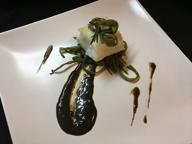 Lomo de bacalao en salsa de regaliz con Juliana de judías verdes