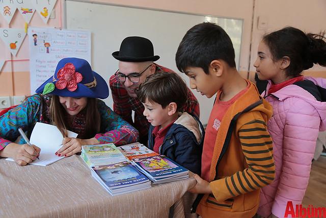 Nilbanu Engindeniz yazdığı kitapları öğrenciler için imzaladı.