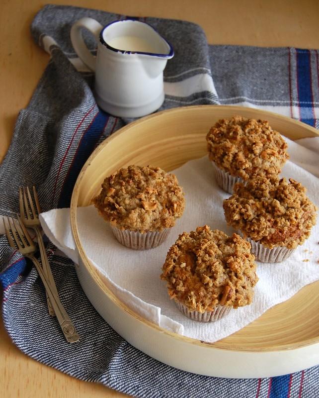 Banana muffins with cashew nut streusel / Muffins de banana com farofinha de castanha de caju
