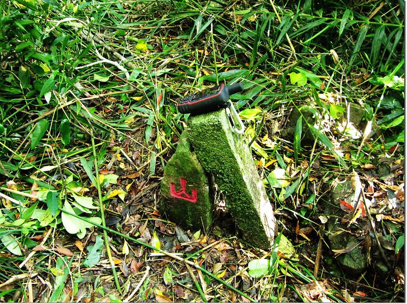 下牡丹池山山字自然石基石 1