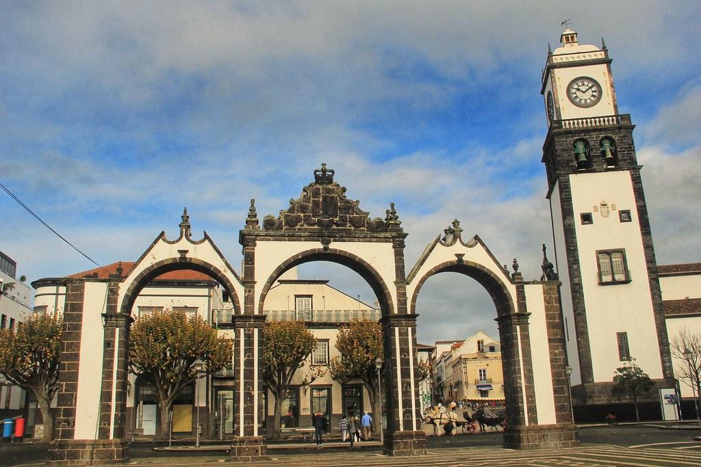 Old city gates, Praça Gonçalo Velho