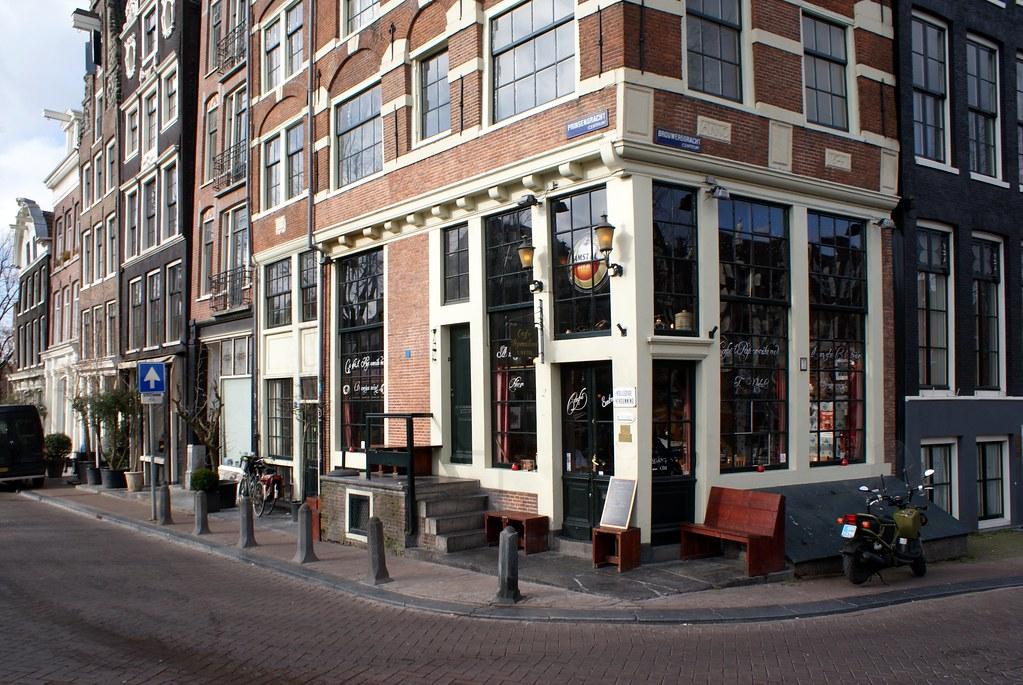 Façade du café brun Papeneiland dans le quartier de Jordaan à Amsterdam.