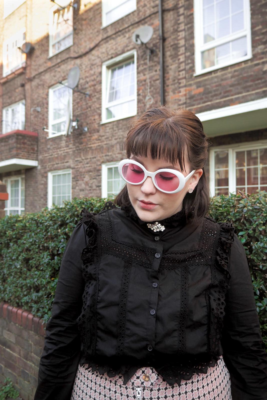Musta pitsinen paita, vaaleanpunainen ruutuhame, 60-luvun aurinkolasit-12