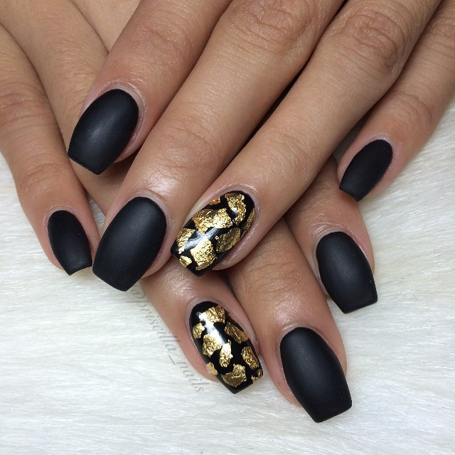 20+ Glamorous Black and Gold Nail Designs for 2018 - Fashionre