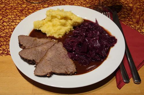 Rinderbraten mit viel Soße, Kartoffelstampf und Rotkohl