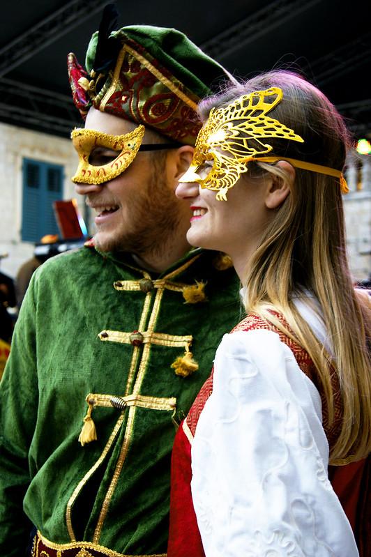 Участники шествия в своих карнавальных костюмах