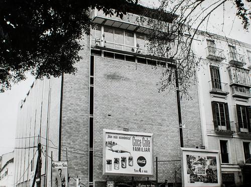 Original [1] - Así se asoma a la calle, estrenando su original arquitectura.