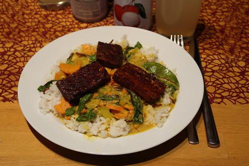 Veganes Tamarindencurry mit gebratenem Tofu auf Basmatireis