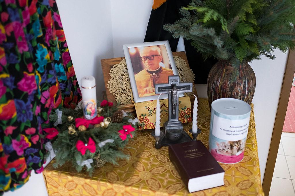 Sója atyára emlékező asztal a közösségi térben és egy roma boldogot ábrázoló kép a hodászi templomban | Fotók: Magócsi Márton