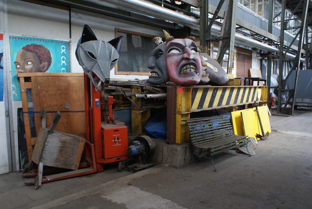 Masques de théâtre dans l'Art Factory d'Amsterdam.