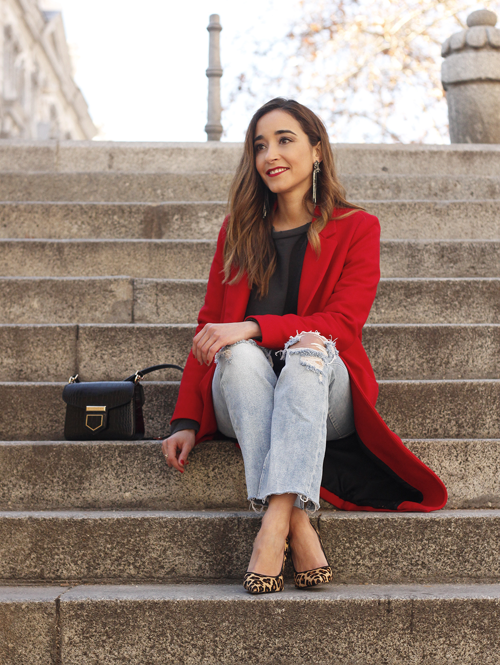 red coat givenchy bag ripped jeans leopard heels winter outfit look de invierno14