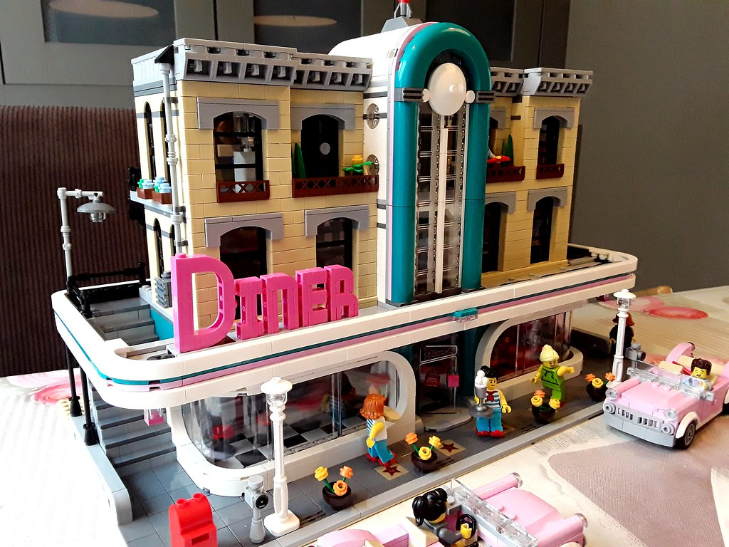 Lego 10260 Downtown Diner XL modification ready!