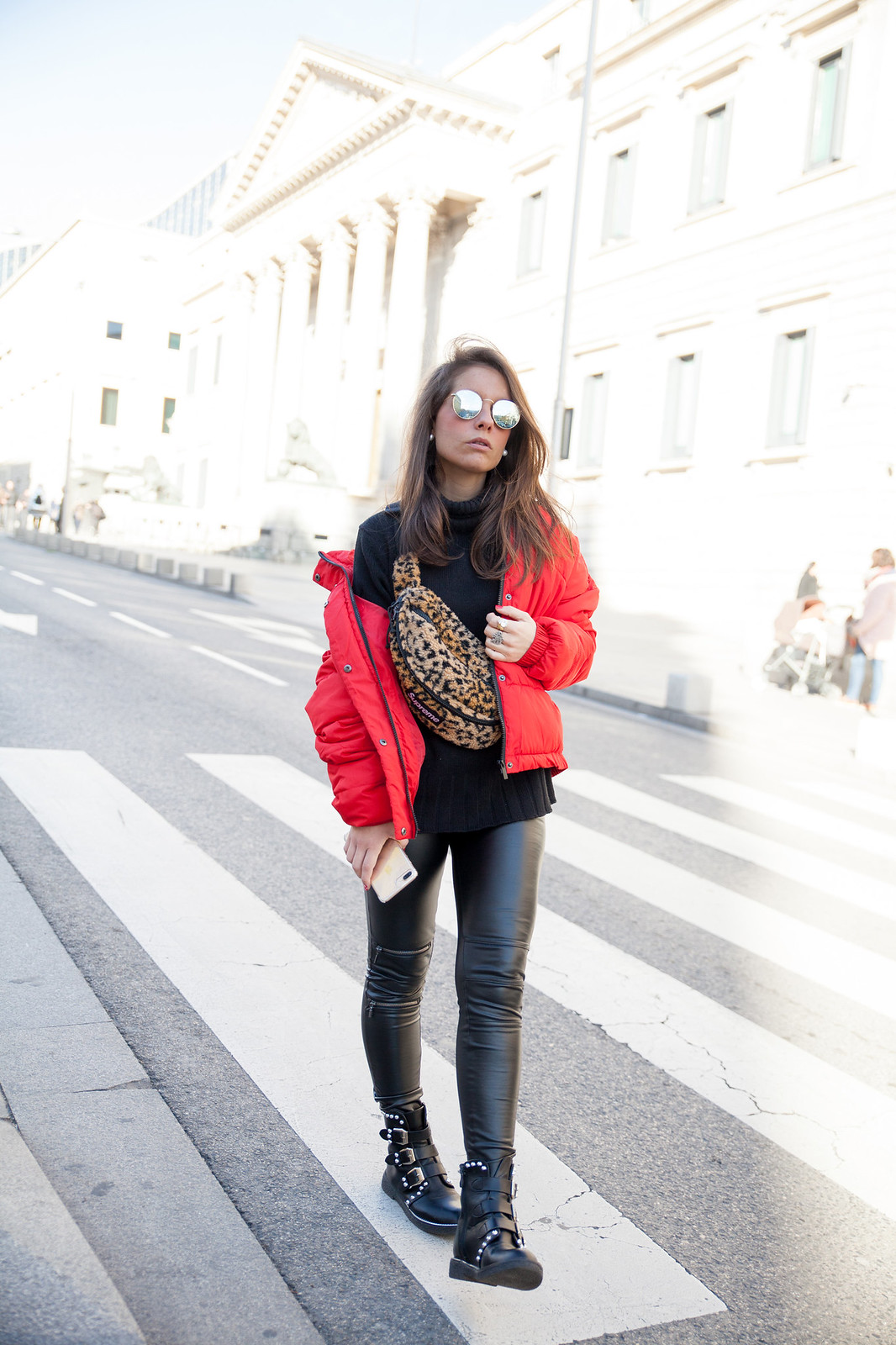 laura santolaria theguestgirl influencer madrid red coat Supreme bag tendencia riñonera de Superme NY streetstyle fashion weeks
