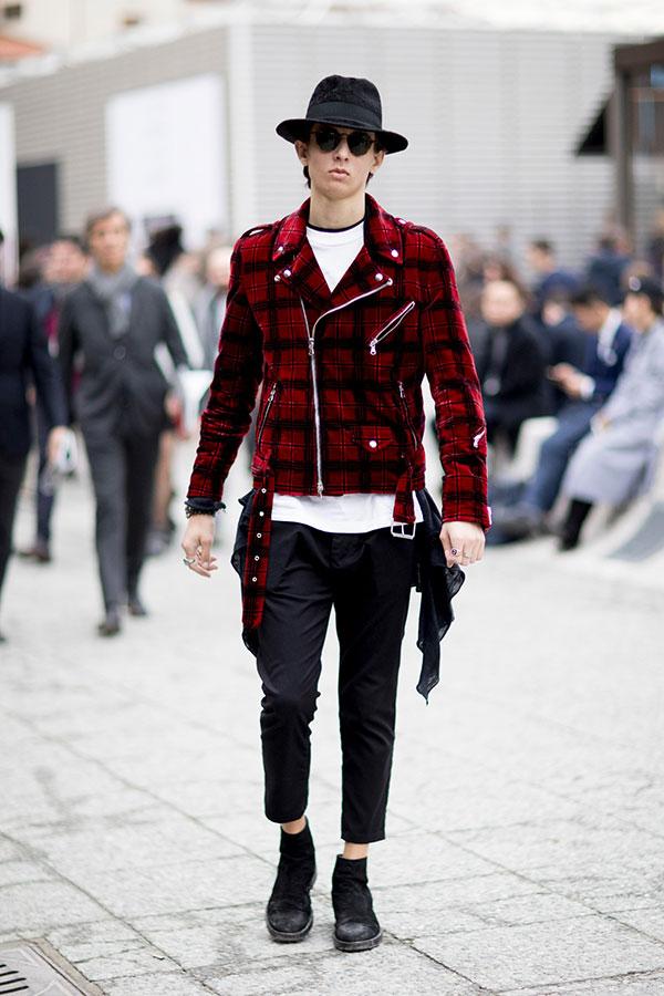 黒ハット×赤系チェックダブルライダース×白Tシャツ×黒アンクルパンツ×黒スエードブーツ