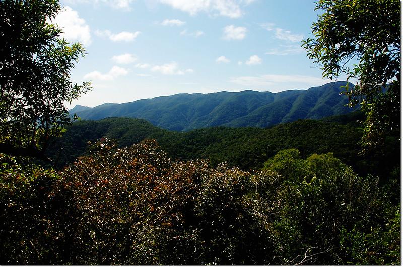 牡丹路山東南峰西南眺里龍山、蚊罩山全稜
