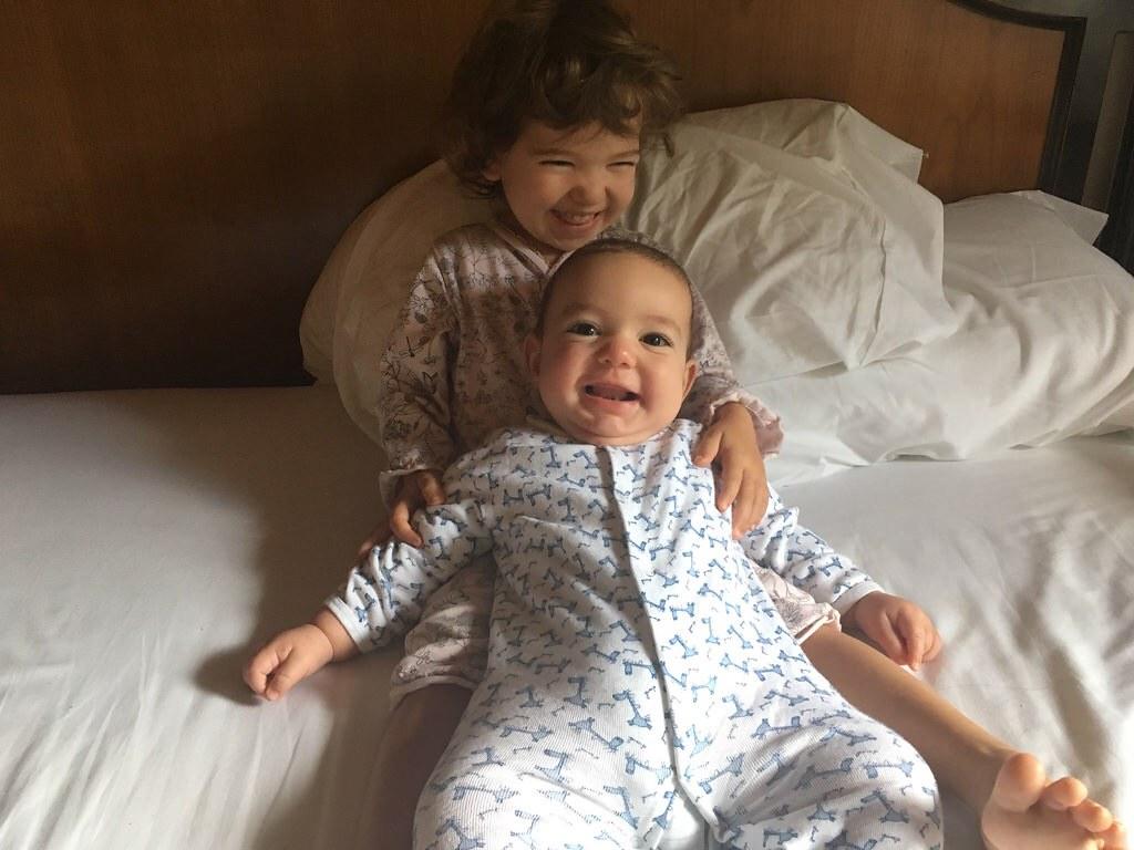 Eva siempre quiere coger a su hermano al despertar, ¡aunque ya casi tienen el mismo tamaño! Aquí estábamos en un hotel de Madrid