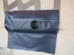 Een neststeen achter een stuk folie tegen vochtdoorslag.