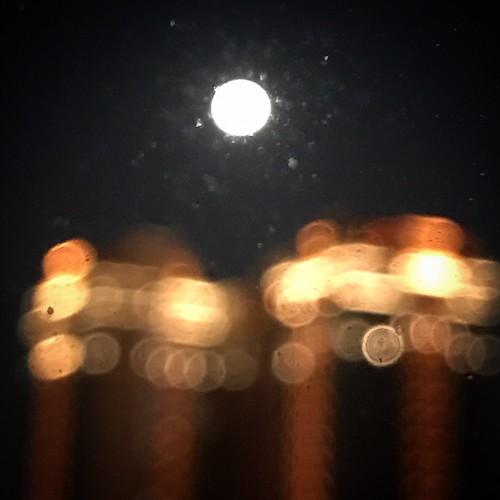 失焦的美,今晚的月亮又圓又亮!