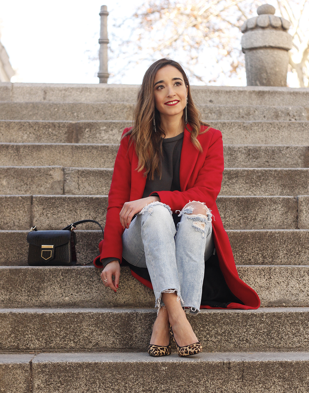 red coat givenchy bag ripped jeans leopard heels winter outfit look de invierno13