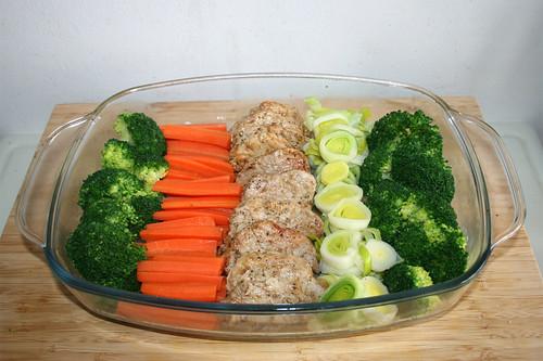 50 - Gemüse & Schweinefilet in Auflaufform geben / Arrange vegetables & tenderloin in casserole