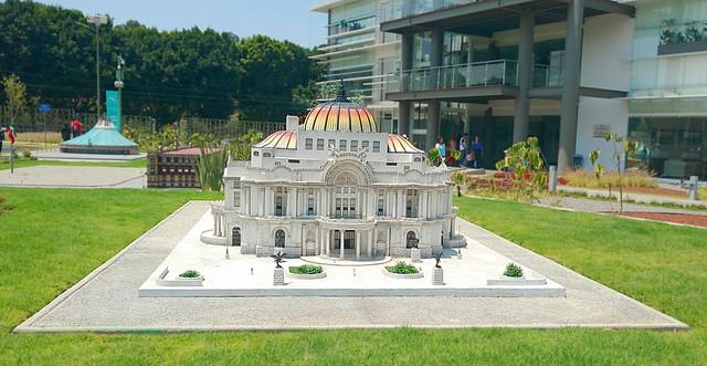 Parque paseo de gigantes. Palacio de Bellas Artes