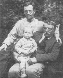 Boris Pil'njak con il padre e il figlio nel 1923