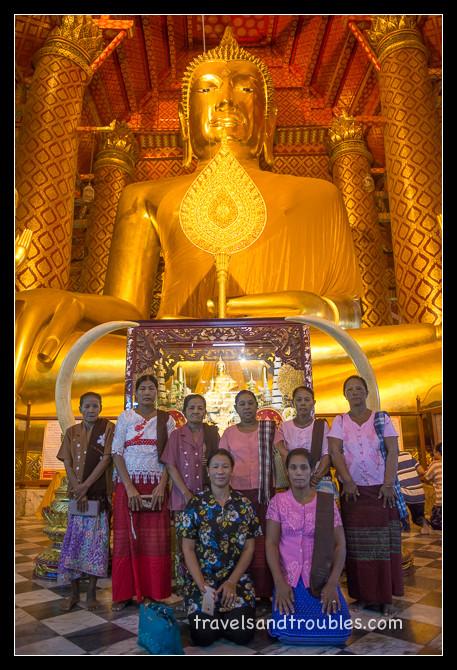 Familie op bezoek in het het heilige Wat Phanan Choeng