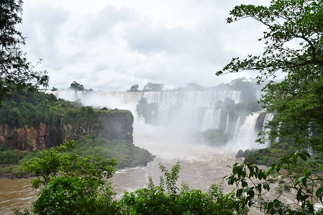 世界三大瀑布のひとつ、イグアスの滝