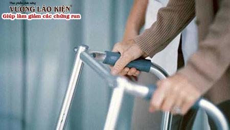 Các triệu chứng ngày một nặng khiến người bệnh Parkinson khó khăn trong vận động