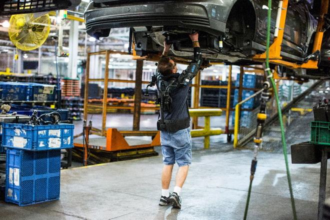 【圖二】Ford與總部位於加州的Ekso Bionics共同研發了一款名為EksoVest的上半身機械外骨骼穿戴式科技裝置,當員工在執行高於頭頂...