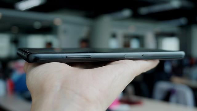 Sisi kiri Galaxy A8 Plus terdapat tombol volume (Liputan6.com/ Agustin Setyo W)