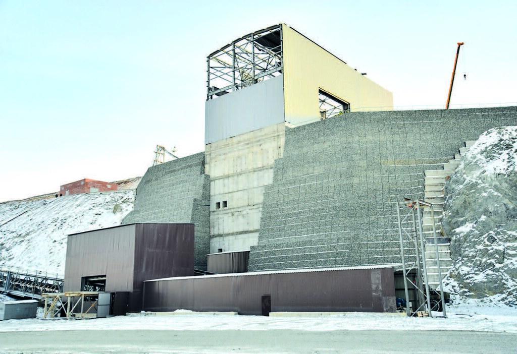 Подпорная стена на завершающей стадии строительства
