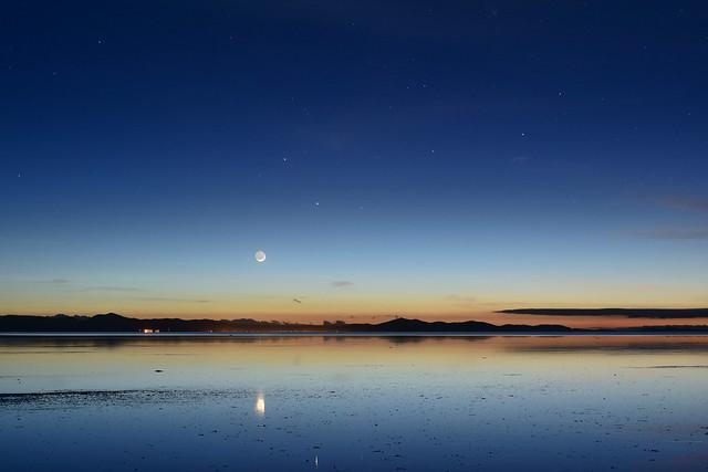 ウユニ塩湖の夜明け前