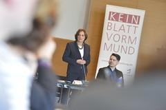 Die Ministerin für Bildung, Jugend und Sport des Landes Brandenburgs, Britta Ernst eröffnet die Verkündung der Ergebnisse.