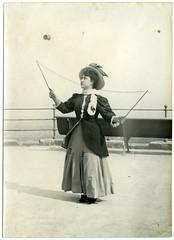 Una dona jove juga amb un diàbolo