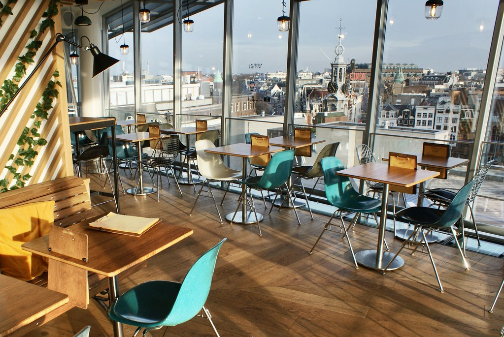 > Café Blue Amsterdam avec une vue panoramique sur la Vieille Ville. En arrière plan, le Munttoren, la tour de la monnaie.