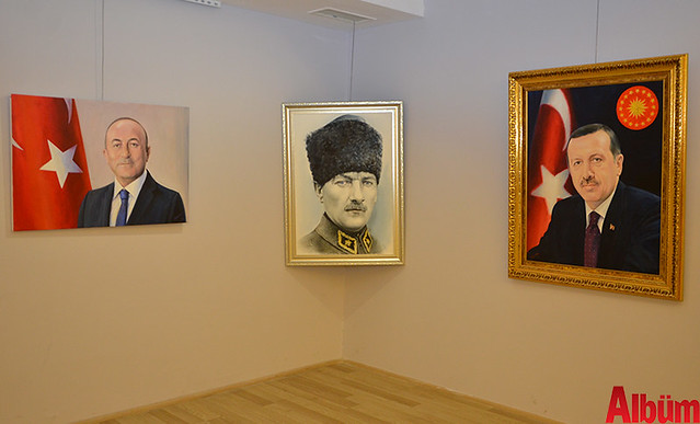 Alanya Cumhuriyet Başsavcısı Yasin Emre, Alanya İlçe Emniyet Müdürlüğü Asayiş Büro Amiri İsa Arı ve Azerbaycanlı Ressam Eldar Zeynalov sergi -4
