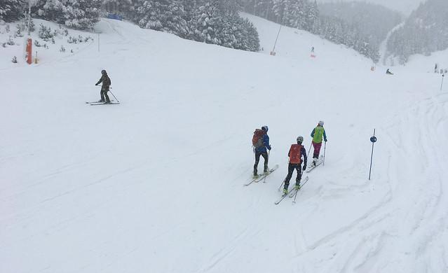 Esquí de montaña en Pistas> <p> <p> Hablamos con <strong>Iván Sanz</strong> que nos explica los principales problemas y conflictos que se pueden dar cuando hay esquiadores de montaña que suben por las pistas mientras los esquiadores de alpino bajan. <p> <p> <img src=