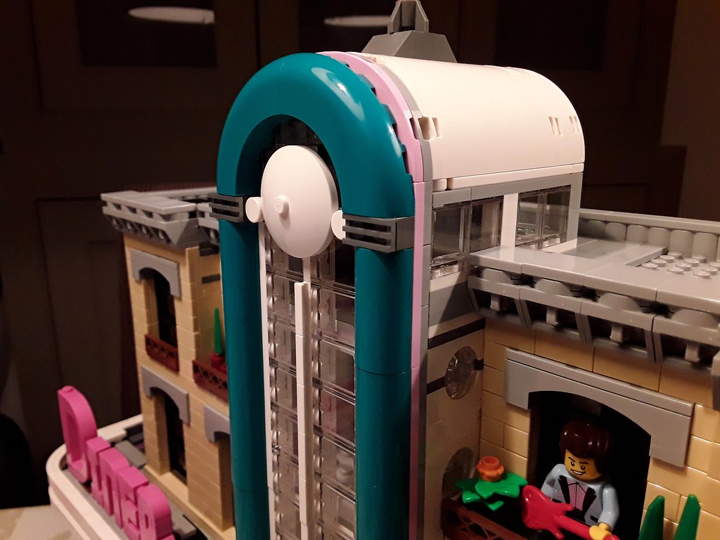 Lego 10260 Downtown Diner XL mod with higher mid-tower
