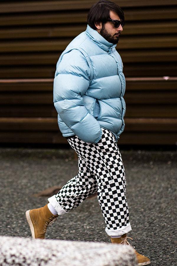 グレイッシュブルーダウンジャケット×チェッカーフラッグパンツ×キャメルブーツ