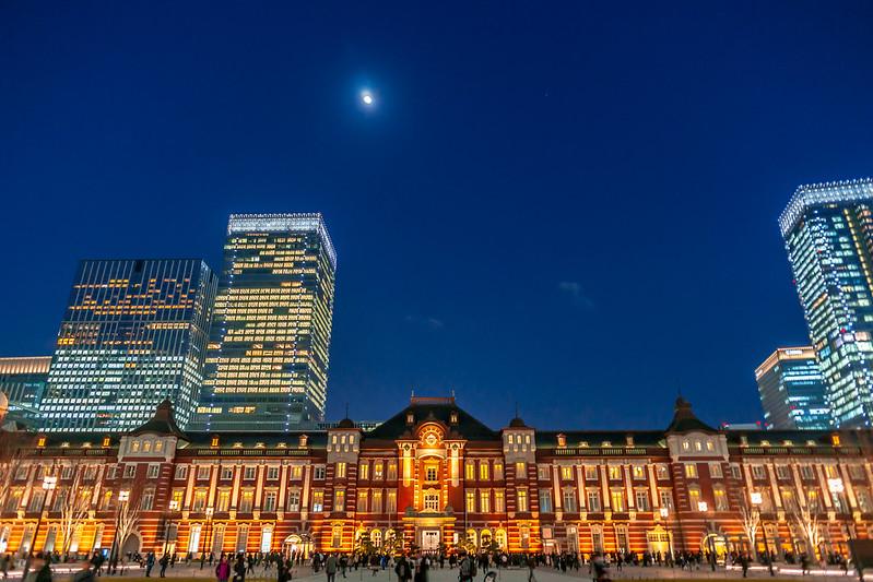 月と東京駅