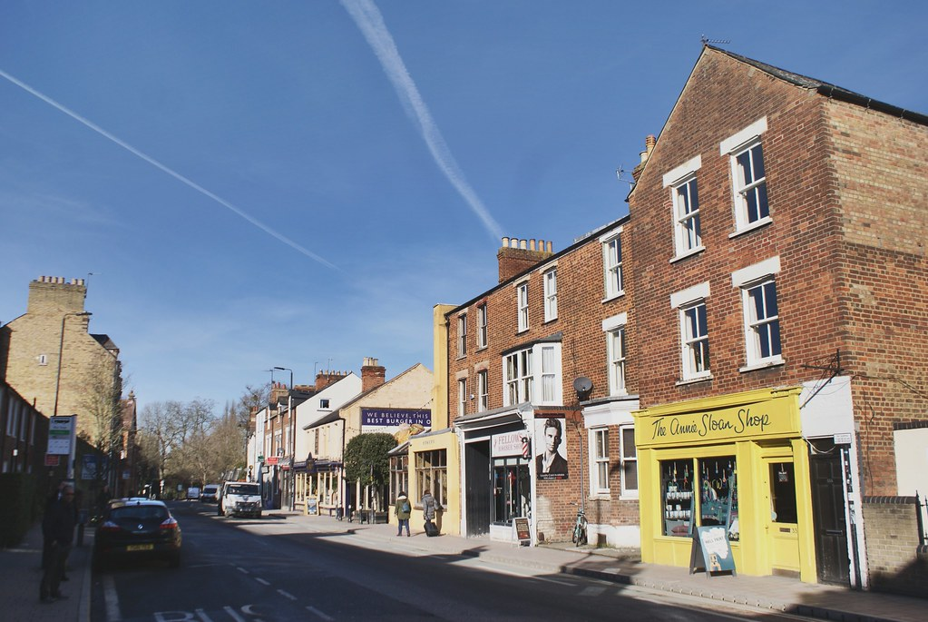Sur Cowley road, quelques boutiques indépendantes, bars et cafés à Oxford.